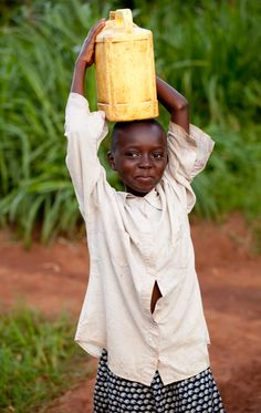 A young girl carries water home outside of Kigali in Rwanda. (photo: Esther Havens)