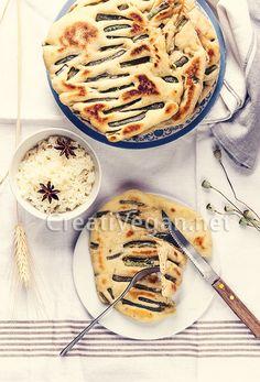 Cómo hacer unos deliciosos panes planos, tipo naan, con judías verdes francesas marinadas con vinagre balsámico y semillas de sésamo, para acompañar cualquier comida. Con instrucciones paso a paso.