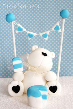 Paso a paso de cómo modelar un oso con fondant para decorar tartas.