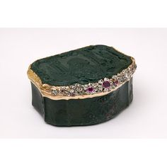 Gold and bloodstone snuffbox by Johann Georg Klett, Dresden, 1750-56. Of cartouche shape, cover carved in right profile with a portrait bust of Christian Ludwig II, Duke of Mecklenburg.