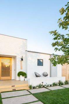 The interior of this white brick home is just as beautiful as the exterior. Tap the link in our bio to tour designer (of Ashley Clark's California boho family home! Photo by Modern Exterior, Exterior Design, Exterior Siding, White Brick Houses, Modern Brick House, White Bricks, Mid Century Modern Door, Vintage Inspiriert, Backyard Fences