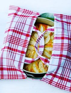 Schritt für Schritt Nähanleitung für eine Kuchentasche. Schnell genäht aus zwei Geschirrtüchern, perfekt für den Transport von Kuchen | low carb Apfelkuchen