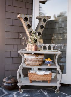 Chic bar cart: http://www.stylemepretty.com/living/2015/04/10/chic-and-casual-dinner-for-friends/ | Photography: Erin Hearts Court - http://www.erinheartscourt.com/