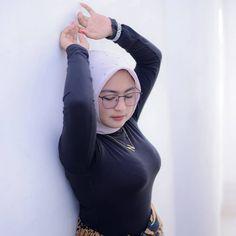 "Putri Cantika on Twitter: ""… "" Hijab Teen, Arab Girls Hijab, Girl Hijab, Muslim Girls, Beautiful Arab Women, Beautiful Hijab Girl, Arabian Beauty Women, Teen Girl Poses, Iranian Women Fashion"