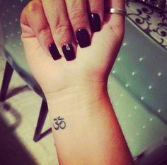 Chica con el tatuaje del símbolo ohm