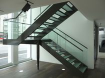 Halbgewendelte-Treppe / Glasstufen / Wangen