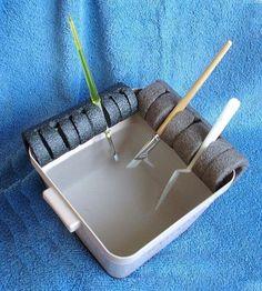 Незамысловатый держатель для кистей: Поддерживает кисти во время рисования и не даёт им засохнуть; также может быть использован для хранения и сушки кистей. Материалы: ёмкость, изоляция для труб, маркер, канцелярский нож.