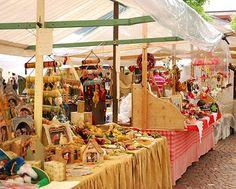 La foresta incantata: Artigianato locale a Dobbiaco. Handicraft market in Dobbiaco, Val Pusteria #Dolomiti #Italy
