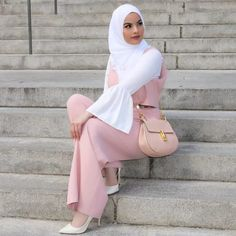While it's pretty easy to stay covered and wear modest outfits in winters, Muslim Women Fashion, Modern Hijab Fashion, Hijab Fashion Inspiration, Islamic Fashion, Modest Summer Fashion, Summer Fashion Trends, Summer Fashion Outfits, Pink Fashion, Hijab Mode