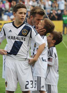 David Beckham, arropado por sus hijos en su despedida de los Galaxy