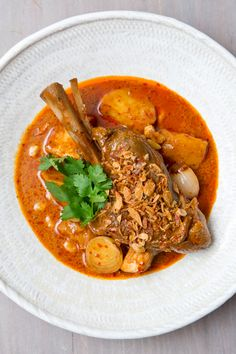 Traditional, authentic and aromatic, this Thai Massaman Lamb Curry is simply the best! A sumptuous dish that& rich in both flavor and nutrients Healthy Dorm Eating, Healthy Bedtime Snacks, Clean Eating Desserts, Healthy Breakfasts, Lamb Recipes, Asian Recipes, Cooking Recipes, Healthy Recipes, Oven Recipes