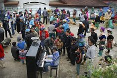 #VIETNAM #SWD #GREEN2STAY A man plays piano to entertain ethnic-minority people in northern mountainous Lào Cai Province's Bắc Hà District. — VNS Photo Mạnh HàA man plays piano to entertain ethnic-minority people in northern mountainous Lào Cai Provinces Bắc Hà District. — VNS Photo Mạnh Hà A man plays piano to entertain ethnic-minority people in northern  mountainous Lào Cai Province's Bắc Hà District. — VNS Photo Mạnh Hà Piano man