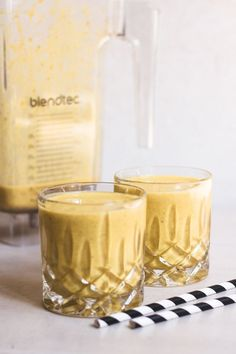 One thing that I simply can't get enough of is Golden Milk! Here's a super yummy anti-inflammatory smoothie packed with all that golden-milky-good stuff! Smoothie Packs, Smoothie Recipes, Detox Smoothies, Golden Milk Paste, Autoimmun Paleo, Anti Inflammatory Smoothie, Turmeric Milk, Deliciously Ella, Plant Based Milk