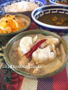 お家で南インドのミールズを「カリフラワーのココナッツ煮込み」 by SHIMA / 簡単節約おしゃレシピ♪ お家でカレー屋さん 南インドの定食「ミールズ」をご家庭で〜な勝手な企画(笑) ミールズとは数種のカレー、スパイシーなスープ、インドのお惣菜で頂く南インドの定食な様な物 今回はカリフラワーを鶏肉と一緒にココナッツで煮込みましたスパイシーなクミンとコリアンダーの香りが食欲をそそります他のカレーの辛さを和らげたり箸休めにしたりな辛くないスパイスの1皿です / ナディア