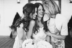 adore this photo of bride, mom, and sister - so sweet! | Jess Barfield #wedding