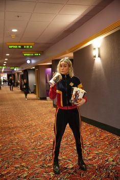 Actress Brie Larson dressed as Captain Marvel surprises moviegoers! Dressed in a Captain Marvel tracksuit, Larson visits a New Jersey movie theater and serves fans popcorn. Marvel Avengers, Marvel Comics, Marvel Women, Marvel Actors, Marvel Funny, Marvel Characters, Marvel Heroes, Brie Larson, Marvel Universe