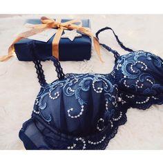 年に一度のとっておき。 ため息の出るような、情熱的な美しさです。 bra 4,200〜(+tax) #AMPHI #アンフィ #christmas #lingerie #wacoal
