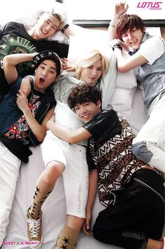 I love how everyone is all 'yeah let's be cute and smile!' Then there's Ren *them eyes if you know what I mean*