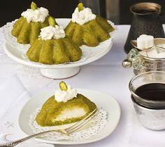 Pistachio Semolina Dessert with Cream (Mafroukeh bel Festuk) Arabic Dessert, Arabic Sweets, Arabic Food, Middle East Food, Middle Eastern Desserts, Pistacia Vera, Lebanese Desserts, Lebanese Cuisine, Winter Torte