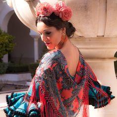 📍📸💃Colección Flamenca 2018   Claveles   Blanco Azahar  El clavel se ha convertido en una de las flores más solicitadas como complemento de… Floral, Sari, Fashion, Hydrangea Corsage, Orange Blossom, Carnations, New Trends, Flamingo, Fotografia
