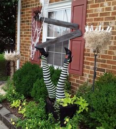 Deko Ideen zu Halloween -hexe-backsteinwand-straecher-beine-deko-spinnennetz-garten