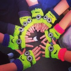 Crochet minion despicable me mitts using this FREE crochet pattern by physalis.martin