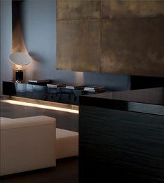Mueble lacado negro brillo.