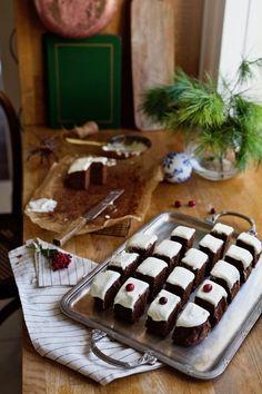 Kasia Tusk wie, jak powinny smakować święta. Jej przepis na ciasto korzenne z likierem to hit Pre Christmas, Before Christmas, White Icing, Something Sweet, Dessert Recipes, Desserts, Carrot Cake, Waffles, Food Photography