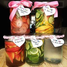 今、話題のデトックスウォーター。海外では健康と美容にも良いとのことで以前から取り入れられているそう♪デトックスウォーターは自宅で簡単に作る事ができます。作り方は簡単♪ミネラルウォーターに好みの野菜や果物などを入れて一晩寝かせるだけなんです。それぞれの野菜や果物にはそれぞれの役割があり、効果を考えて材料を選ぶのもありですよね。そんな今話題のデトックスウォーターについてまとめましたので、良かったら参考にしてくださいね。