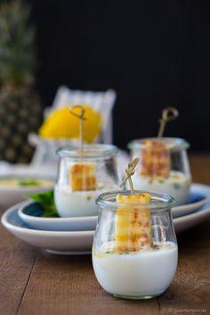 Gegrillte Ananas mit Zitronen-Minz-Pesto und eisgekühlten Joghurt. Herrlich sommerlich und perfekt für die nächste Grillparty 🍍 Grilled Desserts, World Recipes, Party Snacks, Bite Size, Pesto Pasta, Cakes And More, Veggie Recipes, Brunch, Sweets