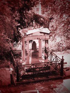 Vista de mausoleo del Segundo Patio desde el Tercero. Cada patio ocupa una altura del monte. Se les puede llamar tambien terrazas. Esta ubicado en la Cañada de los Ingleses.