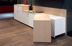 Además, la ligereza de la madera permite que pueda moverse, consiguiendo transformar la cocina dependiendo de las necesidades de cada día.
