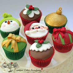 Ideas for Christmas Cupcakes! Just bake your favourite recipe and top with any of these cute Christmas Ideas. Great inspiration for Christmas Cupcakes, great ideas! Christmas Sweets, Christmas Cooking, Noel Christmas, Christmas Goodies, Christmas Cakes, Xmas Cakes, Christmas Recipes, Christmas Decor, Christmas Pudding