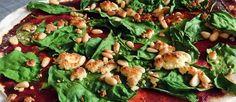 Flinterdunne pizza met spinazie, roomkaas en pijnboompitten