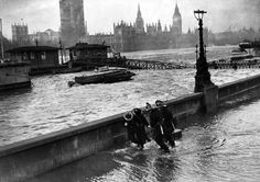 1949 Water from the River Thames overflows at The Embankment Victorian Life, Victorian London, Vintage London, Old London, South London, London Pictures, London Photos, Old Pictures, Old Photos