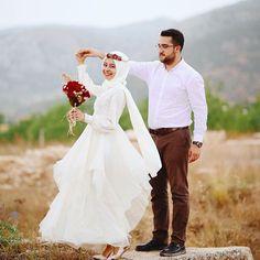 Görüntünün olası içeriği: 2 kişi, ayakta duran ins Pre Wedding Poses, Wedding Couple Photos, Wedding Couples, Wedding Bride, Hijabi Wedding, Muslimah Wedding Dress, Muslim Wedding Dresses, Muslim Brides, Muslim Couple Photography
