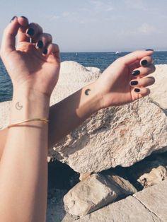40 Best meaningful Small Tattoo for Best Friends - Friend Tattoo Idea 𝕱𝖗𝖎𝖊𝖓𝖉 𝕿𝖆𝖙𝖙𝖔𝖔𝖘 ! Bff Tattoos, Tattoos Friends, Mini Tattoos, Couple Tattoos, Trendy Tattoos, Tatoos, Small Tattoos With Meaning, Small Tattoos For Guys, Small Wrist Tattoos