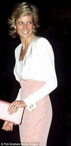 The Earl's third wife, Karen Gordon, gave birth to Lady Charlotte Diana Spencer last Monday at the family's ancestral pile in Althorp, Northamptonshire. Lady Diana Spencer, Princesa Diana, Estilo Fashion, Ideias Fashion, Catherine Walker, Princess Of Wales, Royal Princess, Kate Middleton, Style Icons