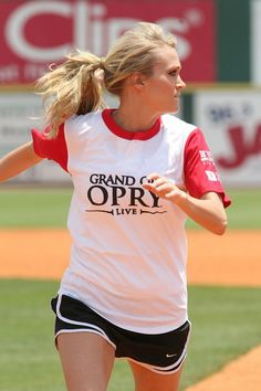 carrie underwood playing softball