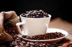 CONSUMO DE CAFÉ E DIABETES.     O Café parece, pelo menos em períodos de curto prazo, reduzir a sensibilidade à insulina e aumentar os níveis de glicose no sangue. No entanto, quando se bebe frequentemente, durante um longo período de tempo, em vez disso, o café produz um aumento da sensibilidade à insulina. Em particular, o café é conhecido por conter moléculas chamadas polifenóis, que ajudam a prevenir o diabetes de tipo 2 e tem propriedades anticancerígenas.