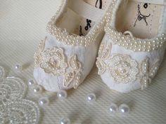 Puro Carinho... Coleção Luxo Conforto e beleza para os pés de sua Princesa! Sapatilha em tecido toque de seda, cor marfim, recoberta com delicada renda marfim, com apliques e bordados com mini pérolas artificiais marfim e fita marfim e dourado. Puro Luxo e elegância. Peça única. Todas as peça...