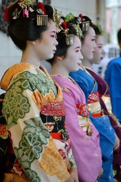Gion Higashi's girls With the maiko Komako, the maiko Kanohiro, the maiko Tomitae, the maiko Ryouka who is geiko now. (Source)