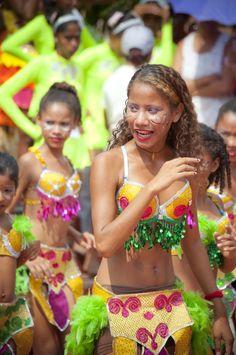 Mucho color y danza en la feria