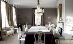 Lille Ulefos. Den stiliga matsalen med ny svensk ljuskrona i empirstil. Stolarna kommer från Dahlström Torgner och soffan från K.A. Roos.