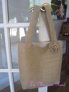 Free Bag Pattern and Tutorial - Shabby Rose Burlap Tote Bag - make this to put my needlework in and a specific hook in the den to hang it on. Tote Pattern, Purse Patterns, Pattern Sewing, Burlap Tote, Burlap Fabric, Hessian, Shabby, Purse Tutorial, Resin Tutorial