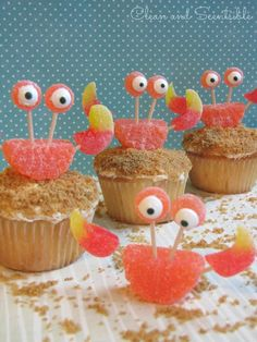 These crab cupcakes are SO cute! Making them for this year's office decorating contest...goes with my theme