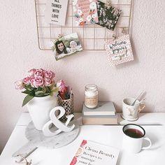 Guten Morgen ⭐️ Aktuell sitze ich zwar nicht an meinem schönen Arbeitsplatz im #homeoffice aber sonst sind diese Momente der kurzen Ruhe meine liebsten. Tee trinken (gibt es hier noch Kaffeehasser?) und ein bisschen lesen. Zur Zeit ist es das Clean Beauty Buch mit ganz vielen DIY Beauty Rezepten. Super spannend! Was lest ihr gerade? #interiorinspo#casainlovewith#desksituation#officestyle