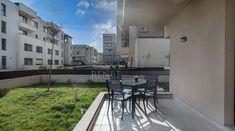 Beneficiul unei gradini, fara grija unei case-asa poate fi descris cel mai bine acest apartament din Pipera. Utila, Lidl, Case, Exterior, Patio, Outdoor Decor, Home Decor, Lawn, Decoration Home
