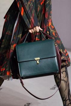 Scarpe, borse, cappelli e tantissimi gioielli: nella nostra gallery, in continuo aggiornamento, troverete gli accessori moda visti alla Parigi