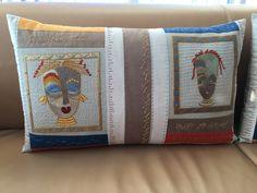 Denne pude med moderne håndquiltning og afrikanske Tambani-broderier har jeg syet i vinteren 2016.